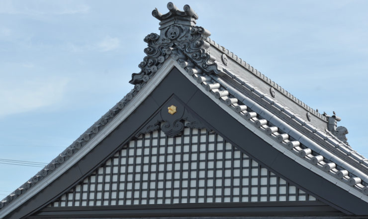 善正寺本堂・大屋根破風格子改修工事